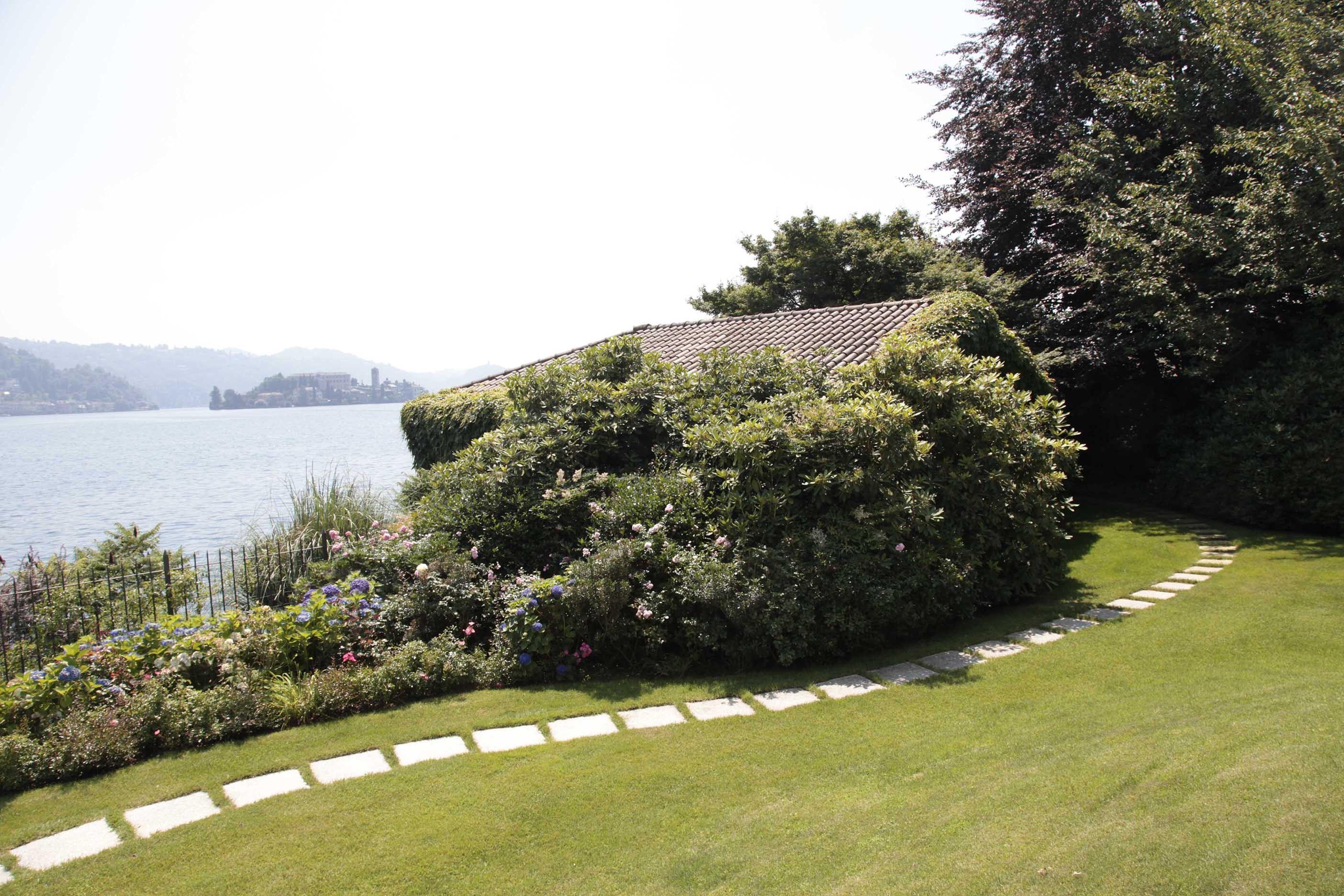 Affacciata sul lago la dimora risplende di nuova luce - Giardini