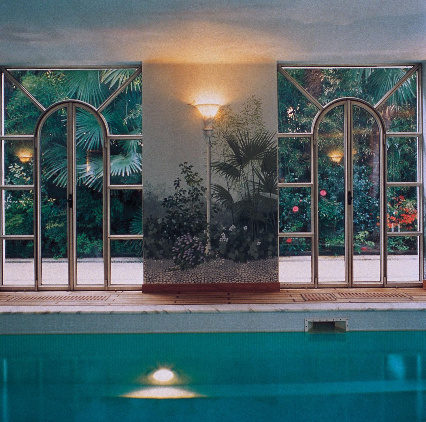 La piscina si affaccia sul florido giardino - Piscine