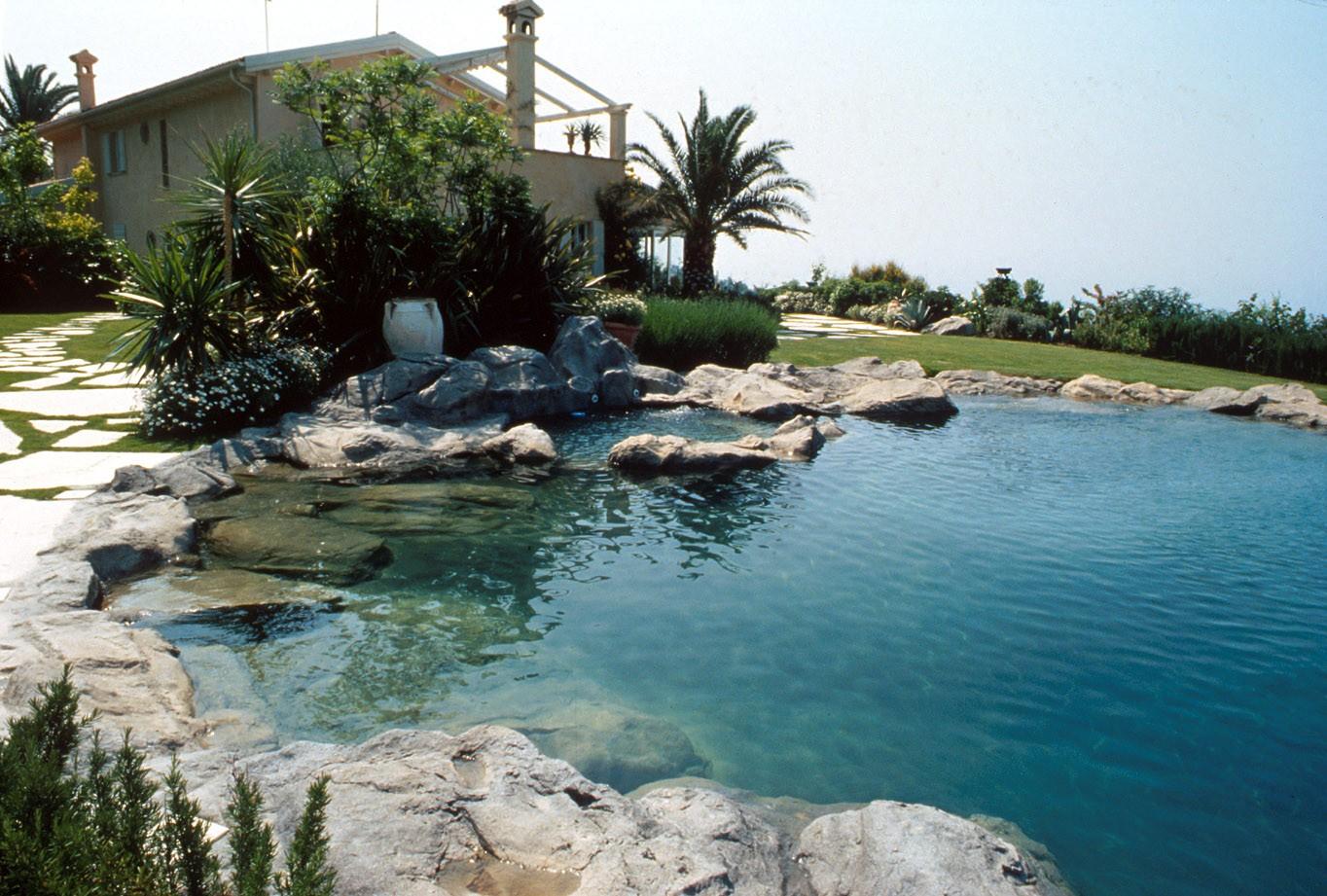 The incredible reconstruction of a natural basin - Swimming Pools