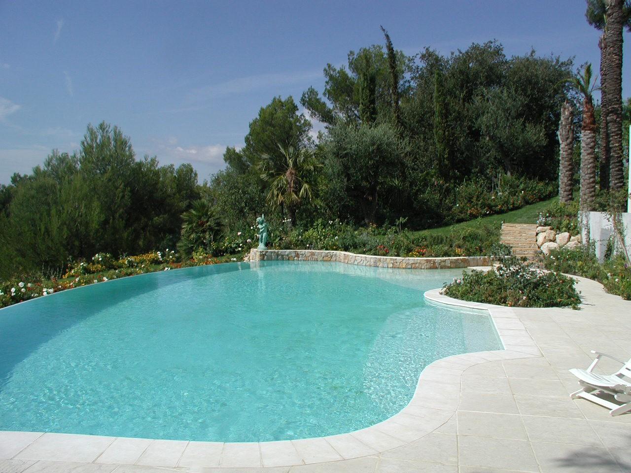 Pool embraced by the green - حمامات السباحة