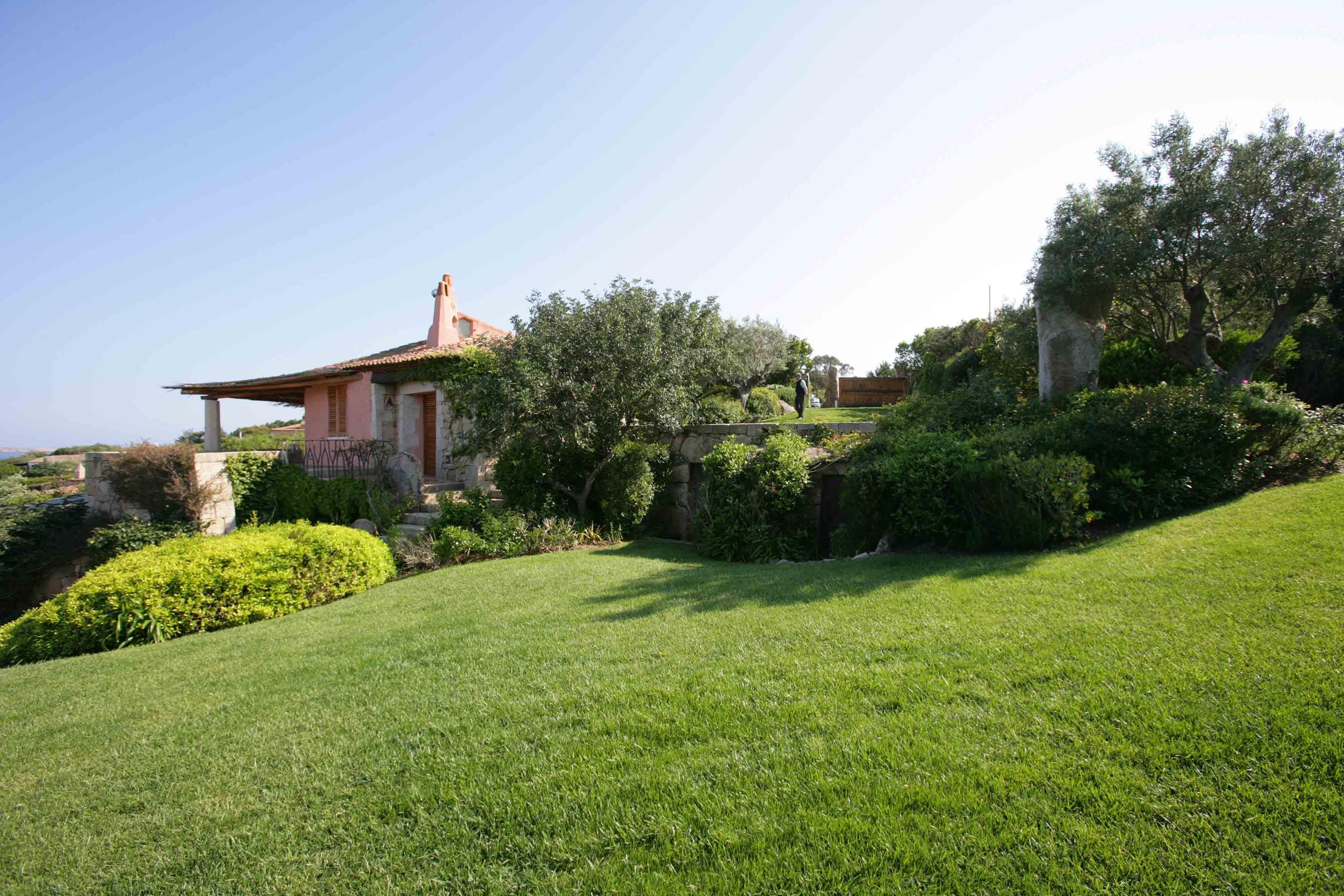 Uno splendido giardino in sardegna giardini paghera for Giardini per ville moderne