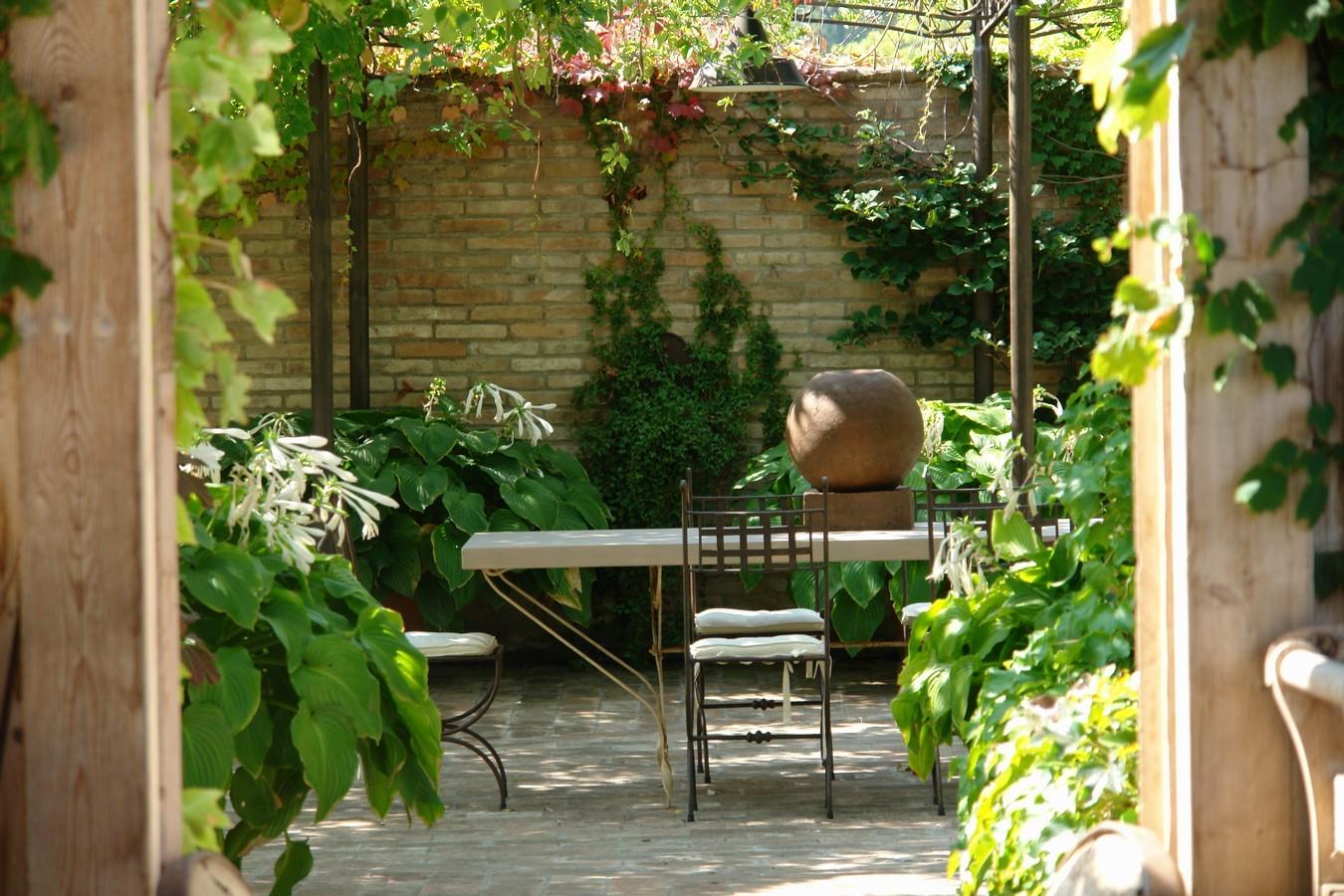 Giardino stile country giardini paghera for Arredo ville e giardini