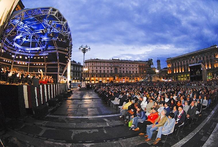 حفل موسيقي في ميدان دوومو ميلانوMilano –