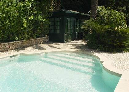 Una piscina celata a sguardi i [..]
